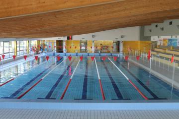 Basen sportowy o wymiarach 25 m x 12,5 m i zmiennej głębokości od 1,1 m do 1,8 m, 6 torów pływackich